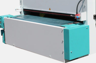 Special vacuum transport belt for save piece transport with additional cleaning device
