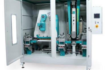 Конфигурация станка ROBA Belt для обработки профилей для пола с ленточным шлифовальным агрегатом BA300. Колебательное движение всего агрегата, управляемое ПЛК и реализуемое электроприводом, учитывает ширину не только шлифовальной ленты, но и детали. Это обеспечивает всегда полное использование шлифовальной бумаги.