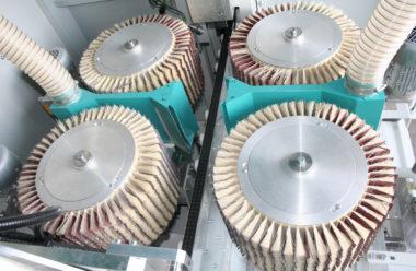 Große Bürstendurchmesser optimieren die Oberflächenqualität. Vakuumtransportsystem ermöglicht auch kurze Teile
