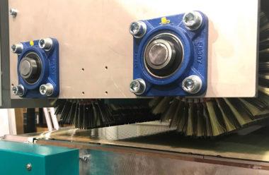 Doppelbürstenaggregat im Gleich- und Gegenlauf. Bestückung mit leicht austauschbaren Schleifsegmentbürsten