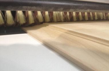 Das Schleifen einer Massivholzfüllung wird von dem schwenkbaren Aggregat übernommen. Für den Längs- und Hirnholzbereich sind verschiedene Schleifzeiten und Schleifgeschwindigkeiten im Schleifprogramm hinterlegbar.