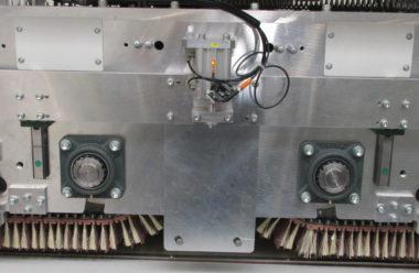 Das Split Belt Schleifaggregat arbeitet mit und gegen die Transportrichtung
